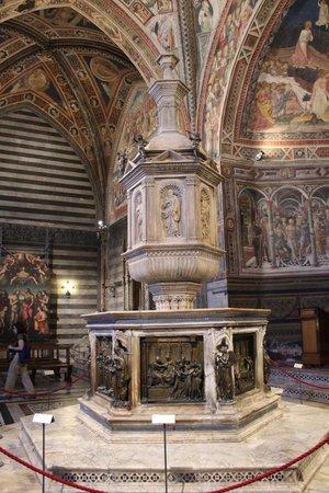 Battistero di San Giovanni : fonte battesimale