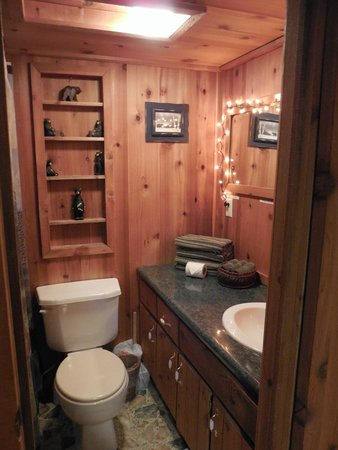 Rim Rock's Dogwood Cabins: Bear's Den bathroom