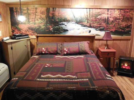Rim Rock's Dogwood Cabins: Bear's Den queen bed downstairs