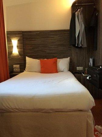 Hotel Ibis Styles Rennes Centre Gare Nord : lit avec un espace de circulation tres reduit