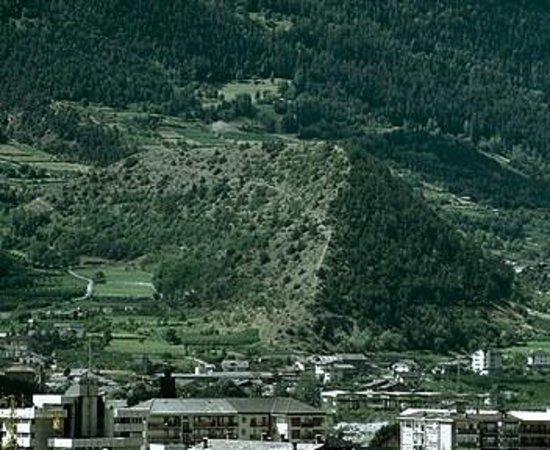 Quart, Italy: Panoramica dell' area naturale = il mignolo di GARGANTUA