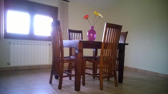 Masia Rural Can Poch: Salón de la habitación: con nevera y microondas