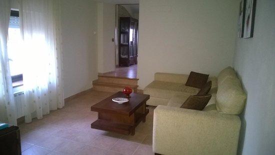 Masia Rural Can Poch: Sala de estar de la habitación con TV