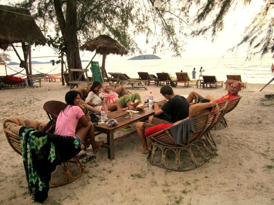 Castaways Beach Bar & Bungalows: guests enjoying themselves in the open-air living room area between the dining room and beach