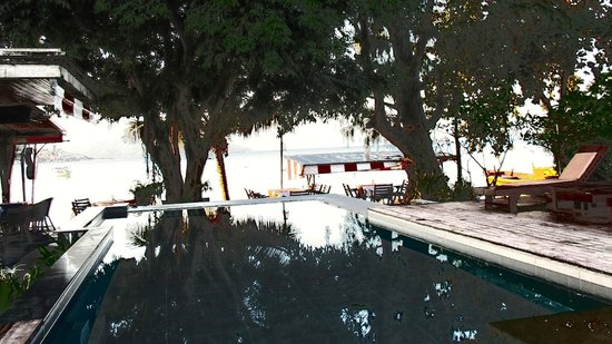 Samui Honey Cottages Beach Resort: View of the pool and proximity to the beach