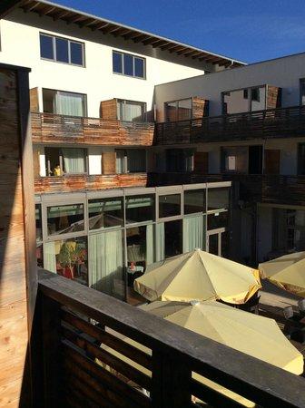 Lambrechterhof - Das Naturparkhotel: Blick vom Balkon in Innenhof vor Lobby