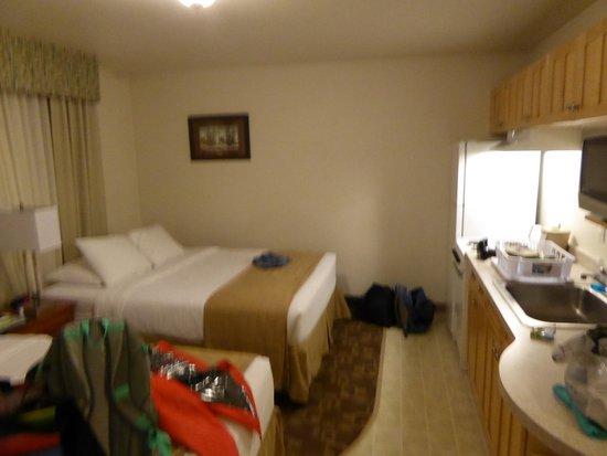 Alaska's Select Inn Hotel : Bett neben Einbauküche