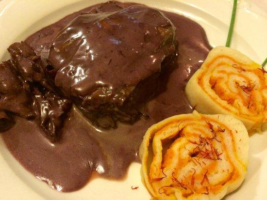 Domacija Sajna: Biftek v teranovi omaki s pršutom