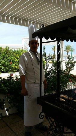 El Mouradi Port El Kantaoui : lovely chef cooking BBQ at pool restaurant