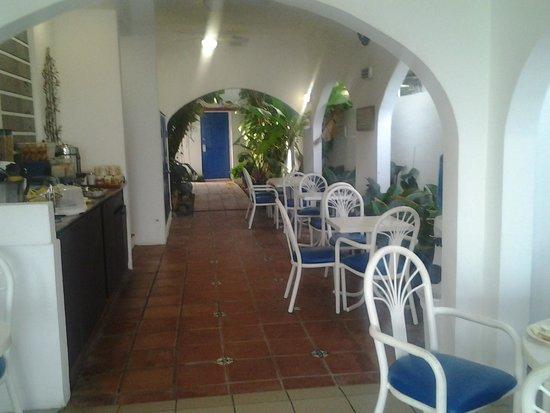 Tres Palmas Inn: breakfast area