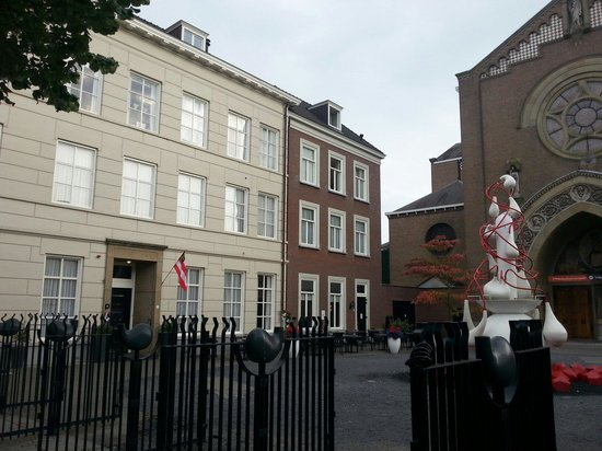 Stadshotel Jeroen : La devanture de l'hôtel .