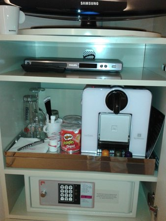 Coffre fort machine nespresso dans la chambre picture for Design hotel josef prague booking com