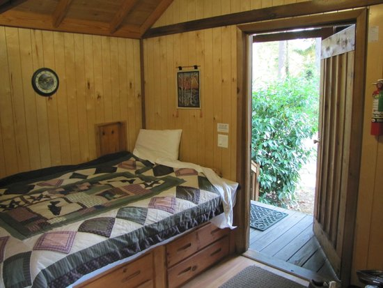 Offut Lake Resort: Cabin innen