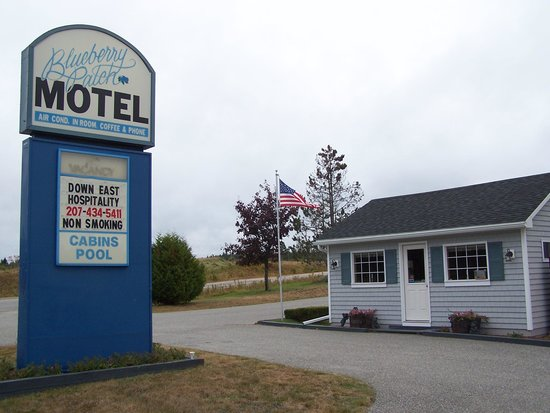 Blueberry Patch Motel: Sign from highway.