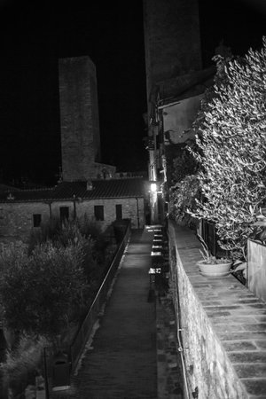 La Cisterna Hotel: vista notturna dalla camera