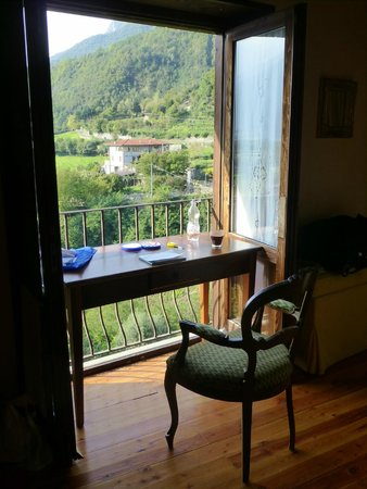 Casa Visnenza: We put the table in our room by the balcony to paint the view with watercolours