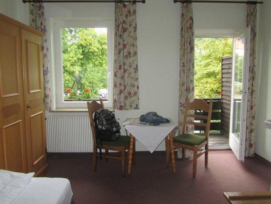 Hotel Garni Schlossblick: room and balcony