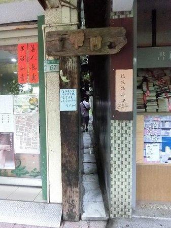 Narrow Door Cafe: とても狭い入口です