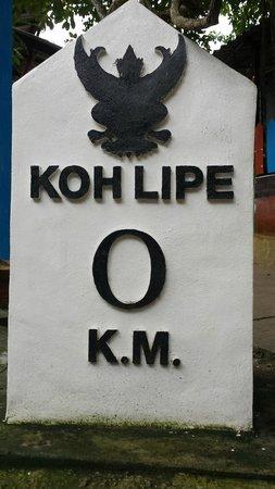 Mali Resort Pattaya Beach Koh Lipe : Borne kilométrique 0 au coeur de Ko Lipé (au centre de la rue commerçante)