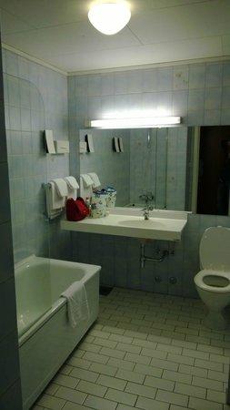 Best Western Plus Victoria Hotel: Ampio bagno