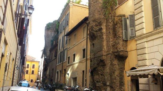 Hotel Le Clarisse al Pantheon: the alley - street