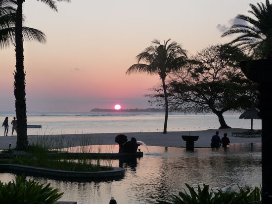 Shanti Maurice - A Nira Resort: tramonto sulla piscina