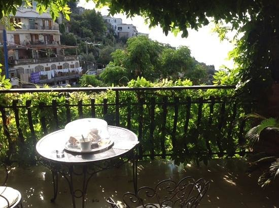 Il Pertuso B&B: breakfast on our lovely balcony!