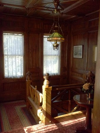 Glen Iris Inn: Beautiful woodwork in stairwell
