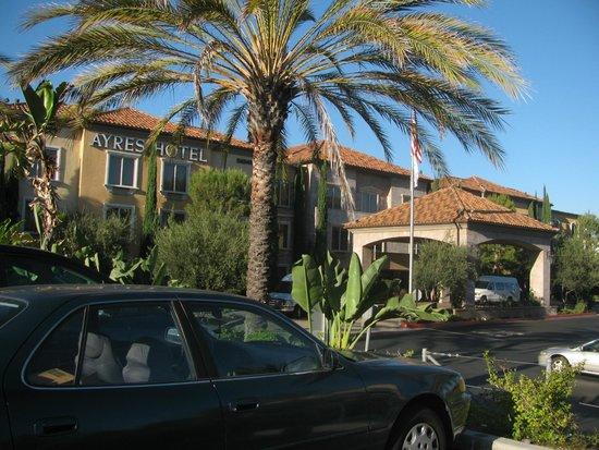 Ayres Hotel Laguna Woods: front of Ayres Laguna Woods
