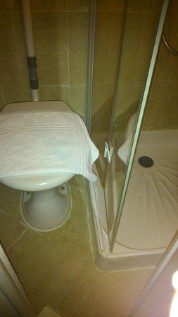 Hotel Prince Monceau : passage impossible entre douche et wc