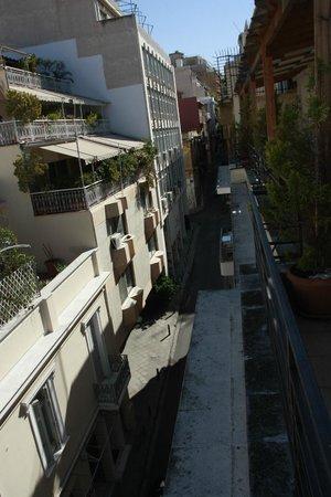 Kimon Athens Hotel: Вид с балкона где сервируют завтрак на улочку