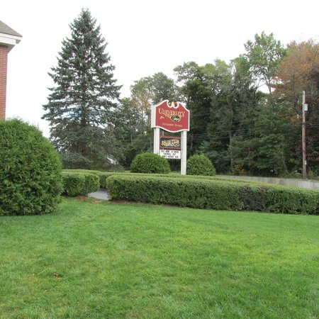 University Inn Academic Suites: Large sign, easy to find