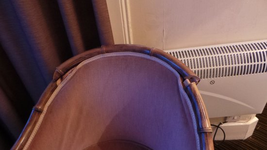 Dreadnought Hotel: Broken chair