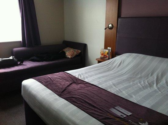 Premier Inn Cheltenham Central (West/A40) Hotel : La chambre
