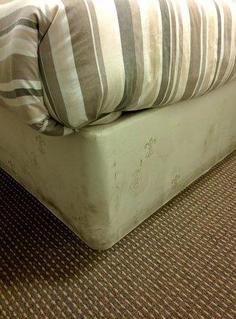 Edinburgh House Hotel : dirty yucky bed