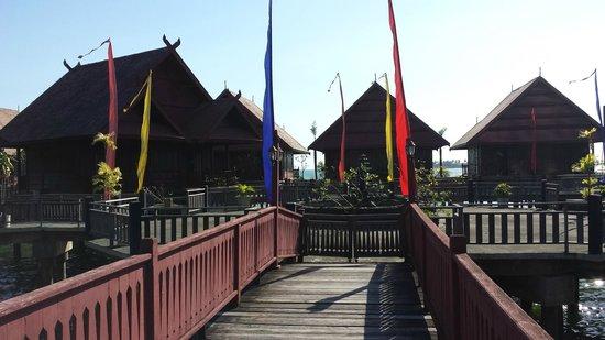 Hotel Pantai Gapura Makassar: Zicht op de houten bungalows aan/bij het water