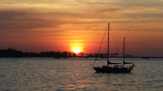 Hotel Pantai Gapura Makassar: Zonsondergang vanuit ons huisje