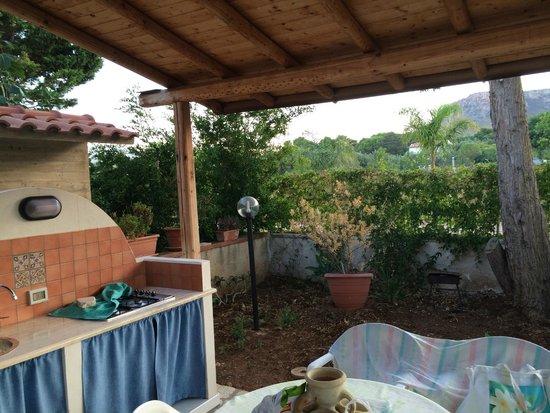 Patio esterno con cucina picture of grace 39 s place for Piani patio esterno