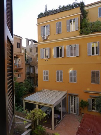 Condotti Hotel: View from 208