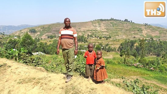 Bwindi Impenetrable National Park : our guide with some kids