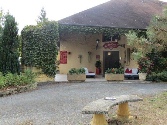 Hotel Le Clos Roussillon : Front Entrance