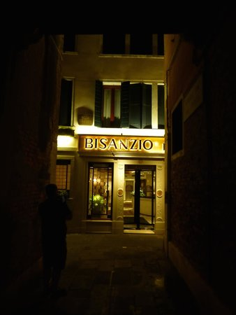 Hotel Bisanzio: Hotel entrance at night.