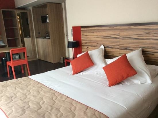 Quality Suites Lyon Confluence : la chambre 3 personnes