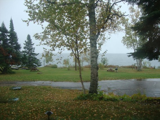 Thomsonite Beach Inn & Suites: View of Lake Superior - cloudy,rainy day