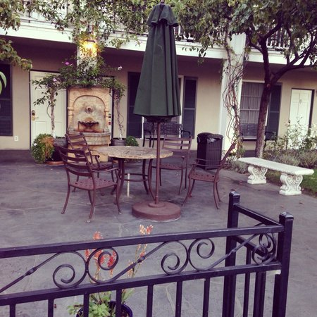 Lavender Inn by the Sea: Beautiful courtyard