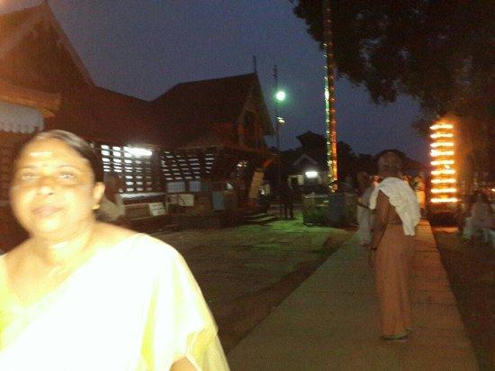Thirumandhamkunnu Bhagavathy Temple: For the evening  Darshanam