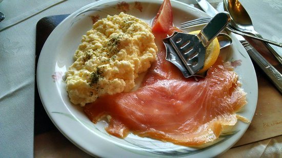 Faul House : Eggs with smoked salmon breakfast