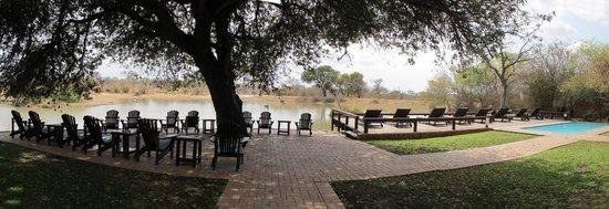 Gomo Gomo Game Lodge: Front sitting area next to waterhole