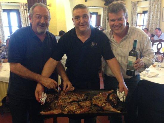 Canillas de Aceituno, Espanha: Karlos Arguiñano, no pudo resistirse a pellizcar el Chivo al Horno, antes de servir en mesa
