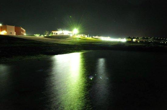The Three Corners Happy Life Beach Resort : il villaggio di notte